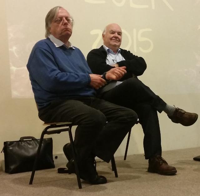 بروفيسور جون لينوكس مع عالم التاريخ د. يورجن سبيس خلال فترة الاسئلة